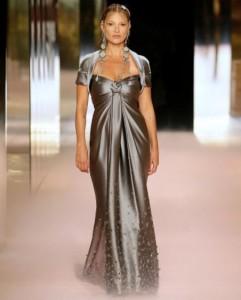 錫色のドレスで登場したケイト(画像は『Kate Moss Agency 2021年1月27日付Instagram「Kate for the debut @Fendi Haute Couture Collection by @MrKimJones」』のスクリーンショット)