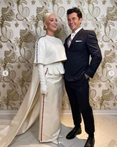 白いステージ衣装に身を包んだケイティとオーランド(画像は『KATY PERRY 2021年1月21日付Instagram』のスクリーンショット)