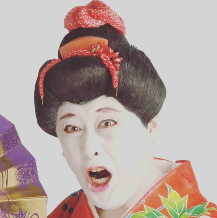 振袖にカツラ、顔を白塗りにした姿でお馴染みのコウメ太夫(画像は『コウメ太夫 2018年12月2日付Instagram「自分のデキなさに踊らされ…」』のスクリーンショット)