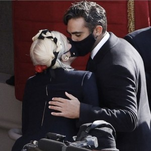 国歌独唱後、マスク姿でキスを交わした2人(画像は『Lady Gaga 2021年1月26日付Instagram』のスクリーンショット)