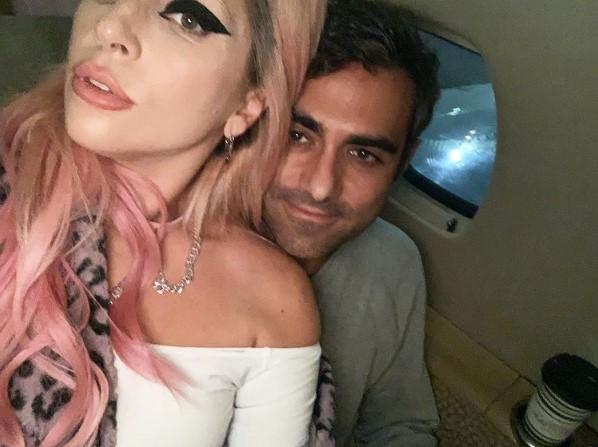 飛行機の中でくつろぐガガとポランスキー氏(画像は『Lady Gaga 2020年3月6日付Instagram「I've got a STUPID love」』のスクリーンショット)