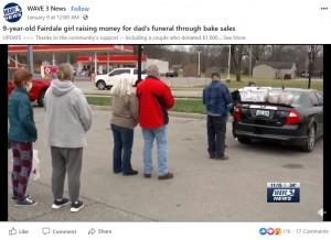 寒い中、家族のために並ぶ人々(画像は『WAVE 3 News 2021年1月9日付Facebook「9-year-old Fairdale girl raising money for dad's funeral through bake sales」』のスクリーンショット)