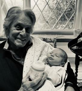 ライダーくんを抱いて微笑むマイケル(画像は『Michael Douglas 2021年1月19日付Instagram「First time I've seen my month old grandson, Ryder!」』のスクリーンショット)