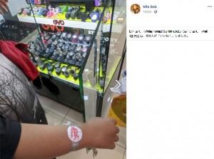 【海外発!Breaking News】紙の腕時計をはめた貧しい少年に心動かされた男性、その場で本物をプレゼント(マレーシア)
