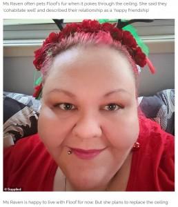 「約1年前から棲みついている」と明かしたサブリナさん(画像は『RokzFast 2021年1月7日付「Brisbane possum named Floof lives in the roof of a house, whose owner pets her through a hole」(Supplied)』のスクリーンショット)
