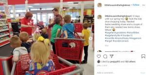 子供たちとショッピングをする父クリスさん(画像は『Courtney Rogers 2019年4月5日付Instagram「10 days until our spring trip!」』のスクリーンショット)