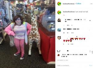 身長が117センチのケリーさん(画像は『Kelly Lynch (Kelly O'Kelly) 2020年12月22日付Instagram「I am small not tall.」』のスクリーンショット)