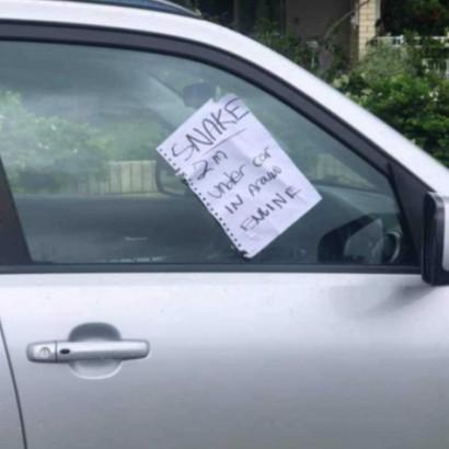 【海外発!Breaking News】車の四方に貼られた「2m、ヘビ…」のメモ ボンネットを開けて驚く(豪)<動画あり>