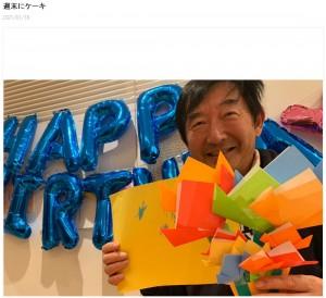 折り紙の花束をプレゼントされて嬉しそうな石田純一(画像は『東尾理子 2021年1月18日付オフィシャルブログ「週末にケーキ」』のスクリーンショット)