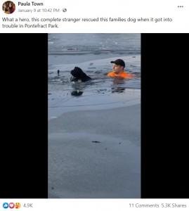 岸に向かって泳ぐ犬とダーシーさん(画像は『Paula Town 2021年1月9日付Facebook「What a hero, this complete stranger rescued this families dog when it got into trouble in Pontefract Park.」』のスクリーンショット)