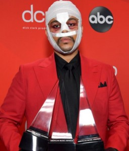 11月には包帯を顔中に巻いて授賞式に出席(画像は『The Weeknd 2020年11月23日付Instagram』のスクリーンショット)