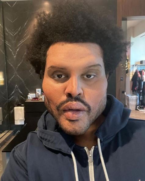 特殊メイクで別人のような姿になったザ・ウィークエンド(画像は『The Weeknd 2021年1月6日付Instagram』のスクリーンショット)