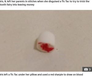 ペンで血が描かれたミントタブレット(画像は『The Sun 2021年1月12日付「CUNNING TAC-TIC Mum left in stitches after daughter's hilarious trick to 'scam' the tooth fairy」』のスクリーンショット)