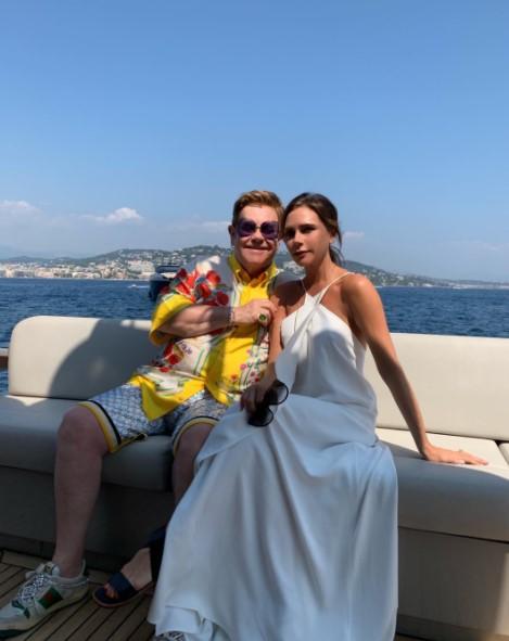 親友エルトン・ジョンとは家族で休暇に出掛ける仲(画像は『Victoria Beckham 2019年8月25日付Instagram「Beautiful day with beautiful people xxxx kisses」』のスクリーンショット)
