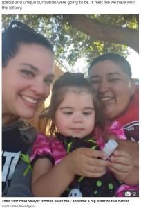 もう1人子どもが欲しいと考えていたヘザーさんとプリシラさん、3歳の娘ソーヤーちゃんと(画像は『The Sun 2021年1月26日付「HIGH FIVE We wanted just one more baby to complete our family - then fell pregnant with all-girl quintuplets」(Credit: Caters News Agency)』のスクリーンショット)