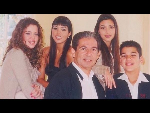亡き父ロバートさんに思いを綴ったキム(右から2番目)(画像は『Kim Kardashian West 2021年2月22日付Instagram「Happy Birthday Dad!」』のスクリーンショット)