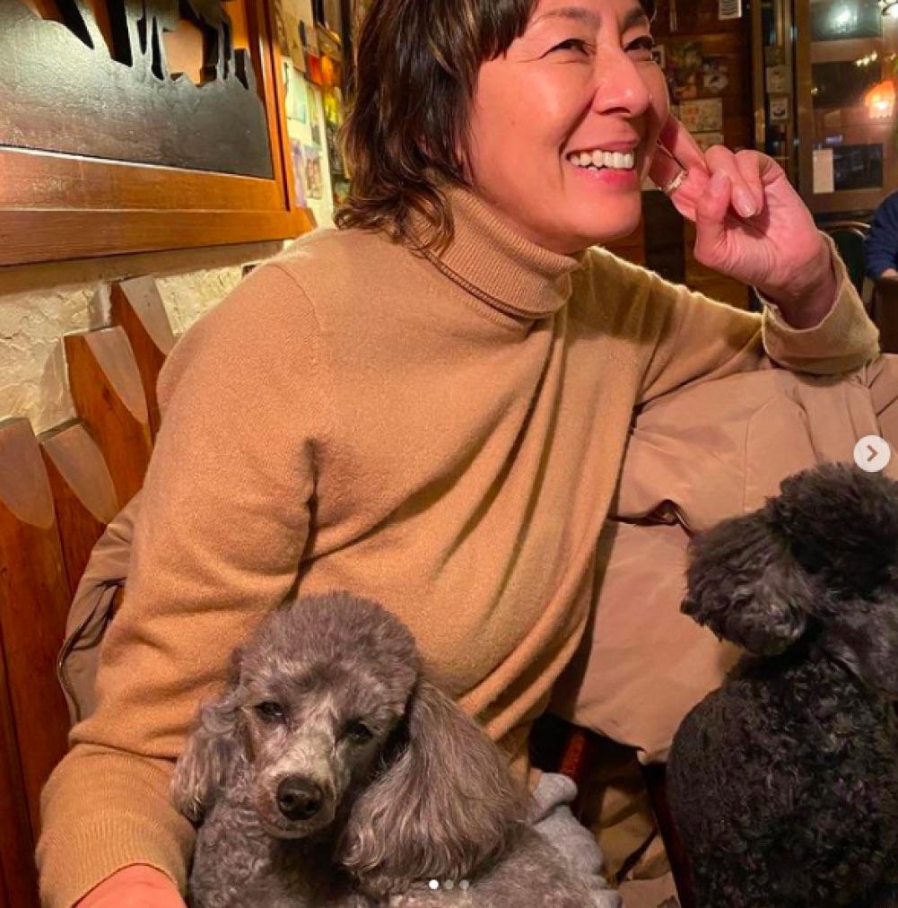 オンラインサロン・ライブが終わり、愛犬とくつろぐRIKACO(画像は『RIKACO 2021年2月7日付Instagram「今日も1日が早かった」』のスクリーンショット)