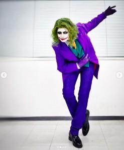 「ジョーカー」の完璧なコスプレはアンミカ(画像は『アンミカ 2021年2月25日付Instagram「サプライズだったので、告知できずすみません!」』のスクリーンショット)