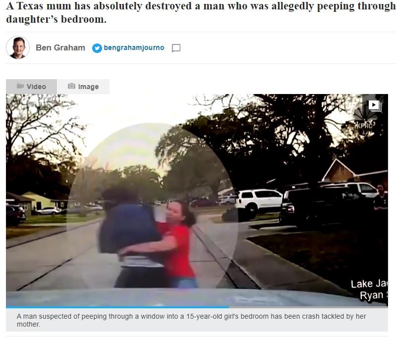 娘を守るため渾身のタックルを決めた母親(画像は『news.com.au 2021年2月13日付「Texas: Mother absolutely wipes out 'peeper' with perfect tackle」』のスクリーンショット)