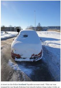 小さく雪が除けられていたフロントガラスの運転席部分(画像は『The Herald 2021年2月12日付「Police stop snow-covered car and charge motorist for 'dangerous driving'」』のスクリーンショット)