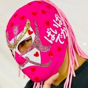 ぱいぱいでか美のマスクをつけたザ・グレート・サスケ(画像は『ザ・グレート・サスケ 2021年2月13日付Instagram「《指原莉乃さん優しいってご存じ?》」』のスクリーンショット)