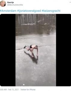 氷に亀裂が入り、頭から突っ込む寸前の男性(画像は『Geertje 2021年2月15日付Twitter「#Amsterdam #ijsnietoveralgoed #keizersgracht」』のスクリーンショット)