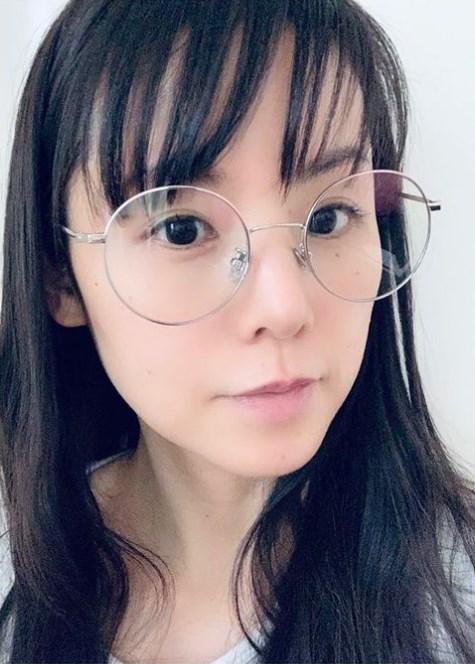 """小西真奈美が新調した「ブルーライトカット」のメガネ(画像は『小西真奈美 manami konishi 2021年2月21日付Instagram「今日は""""出来る人にはあっという間に出来ちゃう楽しいであろう作業""""」』のスクリーンショット)"""