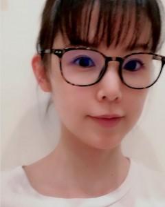 小西真奈美、リモートミーティングで重宝したメガネ(画像は『小西真奈美 manami konishi 2020年8月10日付Instagram「リモートミーティングはメイクが手抜きになってしまいがちで」』のスクリーンショット)