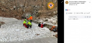 銀色のアルミシートがヘリコプターに乗った隊員の目に入り、男性は無事に救助された(画像は『Soccorso Alpino e Speleologico Friuli Venezia Giulia - CNSAS 2021年2月18日付Facebook「Sopravvive a sette notti all'addiaccio Venzone (ud)」』のスクリーンショット)