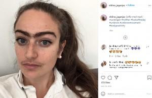 口ひげと一本眉が印象的なすっぴんのエルディナさん(画像は『Eldina Jaganjac 2020年5月28日付Instagram「Selfie med mad i mundvigen」』のスクリーンショット)