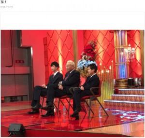 オール巨人と孫2人、座り方がシンクロ(画像は『オール巨人 2021年2月21日付オフィシャルブログ「孫!」』のスクリーンショット)