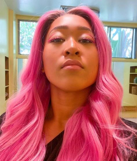 ピンク色の髪にイメチェンした大坂選手(画像は『大坂なおみ 2021年2月25日付Instagram「Sakura could never lol.」』のスクリーンショット)