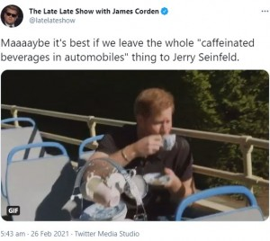 """2階建てバスに乗りロケを行ったヘンリー王子(画像は『The Late Late Show with James Corden 2021年2月26日付Twitter「Maaaaybe it's best if we leave the whole """"caffeinated beverages in automobiles"""" thing to Jerry Seinfeld.」』のスクリーンショット)"""