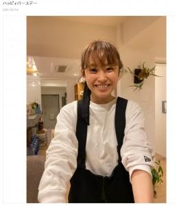 笑顔でバースデーケーキを差し出す高橋愛(画像は『あべこうじ 2021年2月19日付オフィシャルブログ「ハッピィバースデー」』のスクリーンショット)