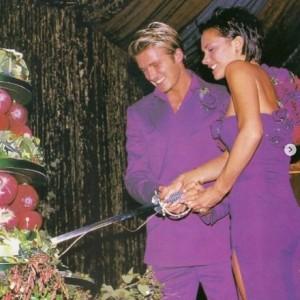 ウエディングケーキに入刀するデヴィッド&ヴィクトリア(画像は『Victoria Beckham 2021年2月14日付Instagram「Happy Valentine's Day」』のスクリーンショット)