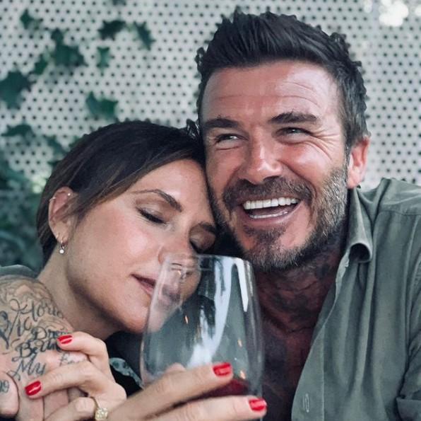 ワイングラス片手に寄り添うヴィクトリアとデヴィッド(画像は『David Beckham 2021年2月14日付Instagram「Happy Valentines to the most amazing mummy and the most inspiring wife..」』のスクリーンショット)