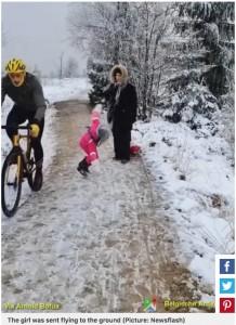 地面に倒れる女児(画像は『Metro 2021年3月5日付「Cyclist who knocked five-year-old girl to the floor is fined just €1」(Picture: Newsflash)』のスクリーンショット)