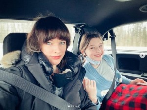 ミラと長女エヴァーちゃん(画像は『Milla Jovovich 2021年3月26日付Instagram「My new career as... a Chaperone!」』のスクリーンショット)