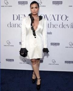 プレミア上映会でのデミ(画像は『Demi Lovato 2021年3月24日付Instagram「Stylist: @siena」』のスクリーンショット)