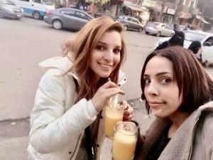 フィフィ(右)と妹(画像は『フィフィ 2021年3月27日付Instagram「#スピッツ さん、デビュー30周年おめでとうございます!」』のスクリーンショット)