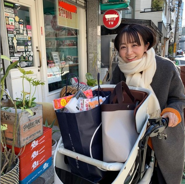 愛用の電動自転車と福田萌(画像は『福田萌 2021年2月19日付Instagram「電動のママチャリとももうすぐお別れだ」』のスクリーンショット)