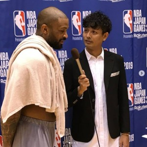 NBA選手にインタビューする中村昌也(画像は『中村昌也 2019年10月6日付Instagram「さぁ~、いよいよNBAジャパンゲームまで後二日!!」』のスクリーンショット)