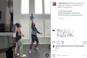 宙に舞ったジャクソン君を右手で支えるローランドさん(画像は『Roland Pollard 2021年3月13日付Instagram「Authenticated I did my first stunt with Jayden at 4 months so I had to do it big for my boy Jax !!!」』のスクリーンショット)