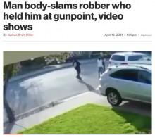 【海外発!Breaking News】武装した車両強盗犯の少年2人、襲おうとした男性に投げ飛ばされる(米)<動画あり>