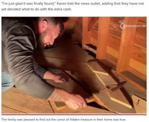 """屋根裏の床下に""""何か""""があることを察したキースさん(画像は『New York Post 2021年4月23日付「Treasure hunter reportedly finds $46K under floorboards in Massachusetts home」(YouTube/RediscoverLost)』のスクリーンショット)"""