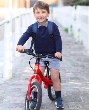 """【イタすぎるセレブ達】ルイ王子が3歳に 記念写真に写った自転車が""""ロイヤル効果""""で即完売"""