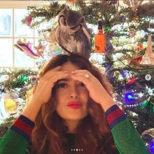 「ツリーより私の頭の方が好きなの」とサルマ(画像は『Salma Hayek Pinault 2020年12月16日付Instagram「Kering likes the tree but he likes my head better.」』のスクリーンショット)