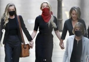 2020年、4年前と同じ服で裁判所に出廷したアンバー(画像は『Amber Heard 2021年3月29日付Instagram「One dress, four years apart.」』のスクリーンショット)