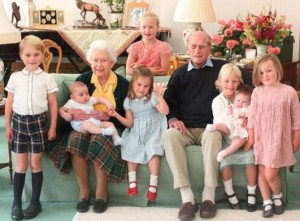 7人のひ孫に囲まれた女王と王配(画像は『The Royal Family 2021年4月14日付Instagram「The Queen and The Duke of Edinburgh surrounded by seven of their great-grandchildren at Balmoral Castle in 2018.」』のスクリーンショット)