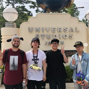USJのリアル脱出ゲームにて、中央2人が佐藤健と千鳥ノブ(画像は『千鳥ノブ 2019年6月27日付Instagram「脱出ゲームって面白いんやね。」』のスクリーンショット)